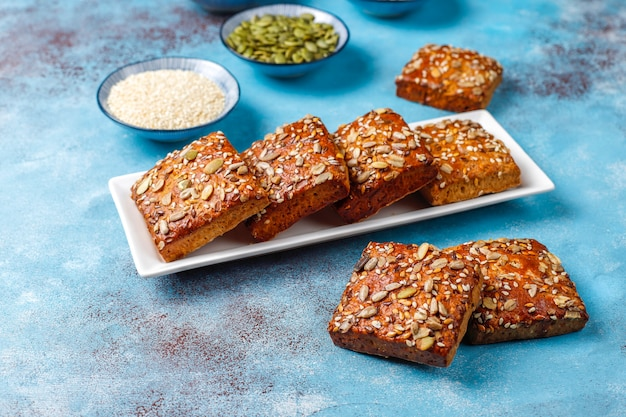 Домашнее хрустящее печенье с кунжутом, овсянкой, тыквой и семечками. здоровая закуска, крекеры из семян