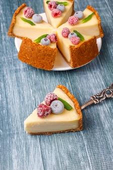 冷凍ベリーとミントのヘルシーなオーガニックデザートと自家製ニューヨークチーズケーキ