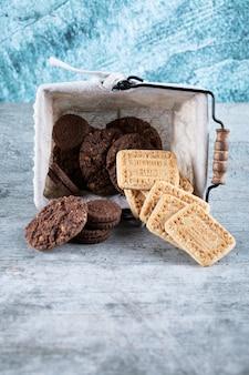 Несоленое масло и печенье с какао в корзине