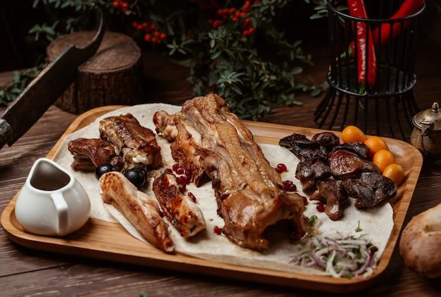 さまざまな種類の肉ケバブとドライフルーツ