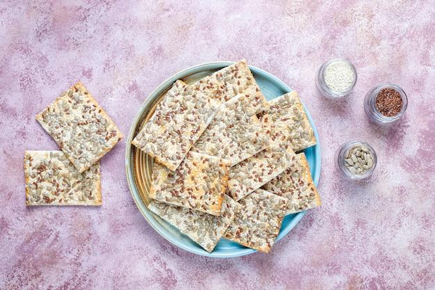 Здоровые свежеиспеченные безглютеновые крекеры с семенами