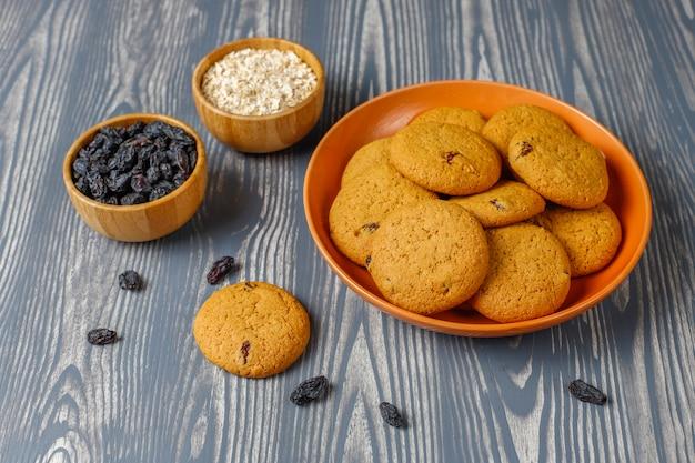 Вкусное печенье с изюмом и овсянкой, вид сверху