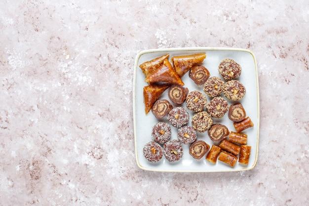 Восточные сладости, ассорти из традиционных рахат-лукумов с орехами.