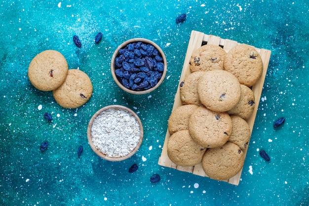 レーズンとオートミール、トップビューでおいしいクッキー