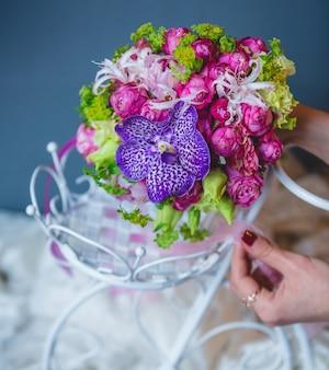 白いウェディングアクセサリーの中に花束を置く女性