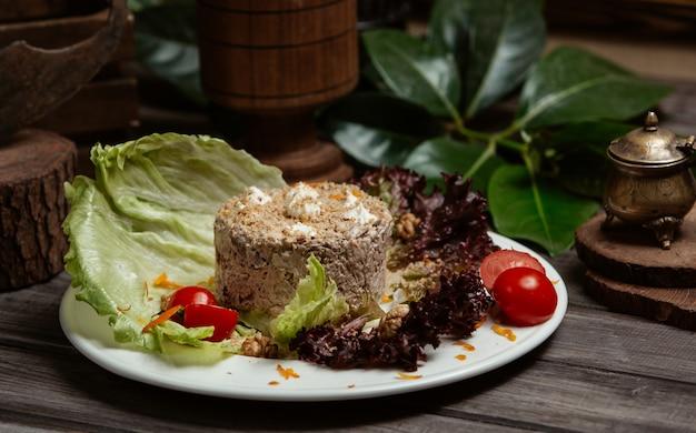 牛肉のパシュテット、レフテとチェリートマトの国立ロシア料理