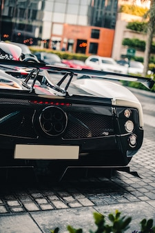 黒いスポーツカーバックバイア、モーターガスパイプ、登録番号の空白。