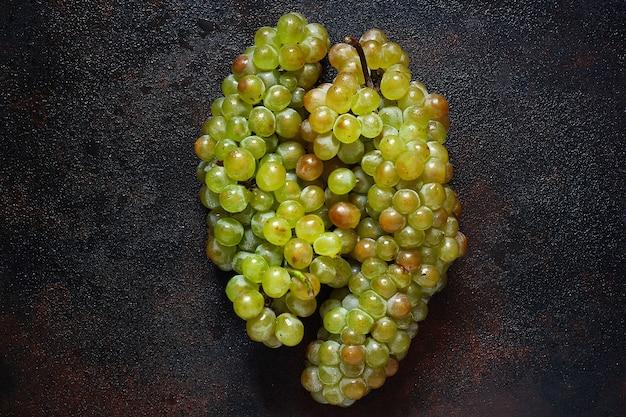 緑色のブドウの房、トップビュー