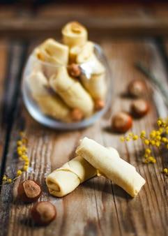 伝統的なアゼルバイジャンの休日ナッツとグリーンプレート、フラットレイアウトにフーゼルナッツと白いプレートにバクルヴァクッキー