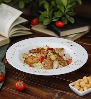 ライスガーニッシュと白いプレートの野菜のグリルチキンスライス