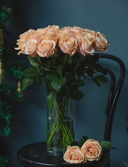 花瓶の中の緑の葉とピンクのバラの花束