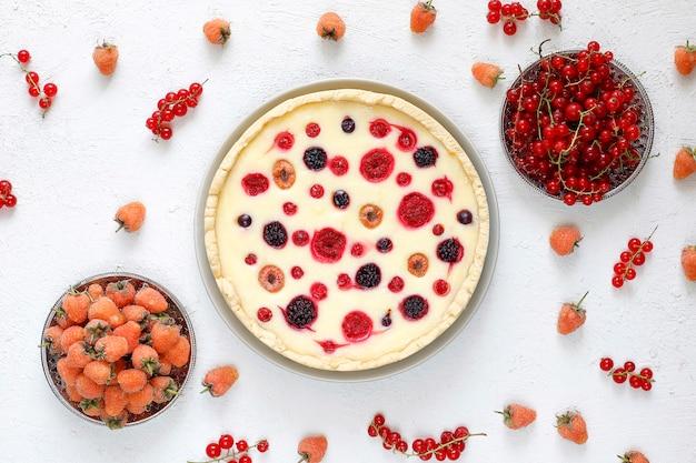 Домашний летний ягодный пирог с дегтем, разные ягоды, золотая малина, ежевика, красная смородина, малина и черная смородина, вид сверху