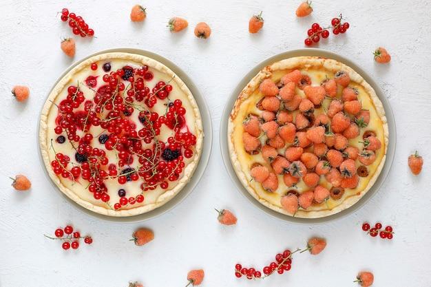 自家製夏ベリータールパイ、さまざまな果実、ゴールデンラズベリー、ブラックベリー、レッドカラント、ラズベリーとブラックカラント、トップビュー