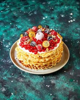 サワークリームとベリーのロシアワッフルケーキ