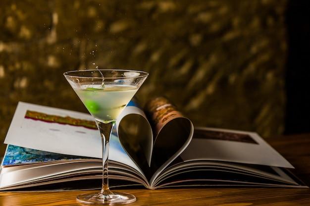 国際色豊かなグラスにウォッカとグリーンオリーブを添えたコラートマティーニ