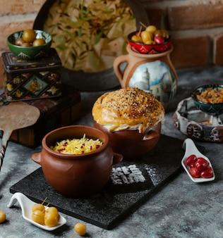 パンのパンを添えて陶器ボウル内のハーブとコーカサス地方の伝統的なライスガーニッシュ