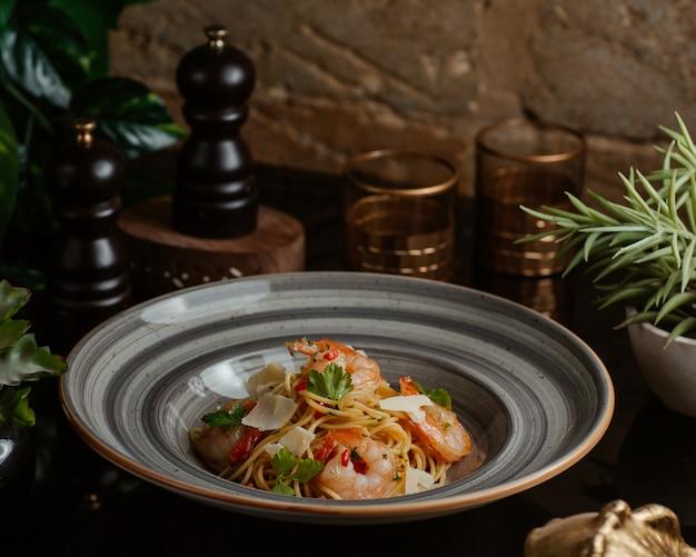 Чаша для лапши с морепродуктами, зеленым базиликом и пармезаном