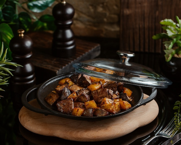 Обжаренная печень с жареным картофелем в сковороде