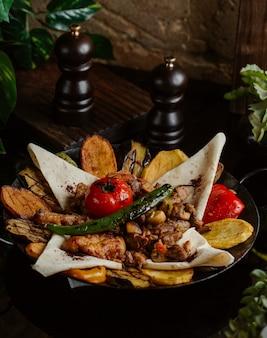 Куриное барбекю, подается в лаваше с пикантным салатом, приготовленным в мешочке