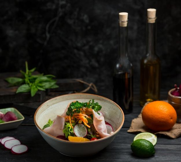 細かく刻んだ野菜とひき肉の季節のサラダ