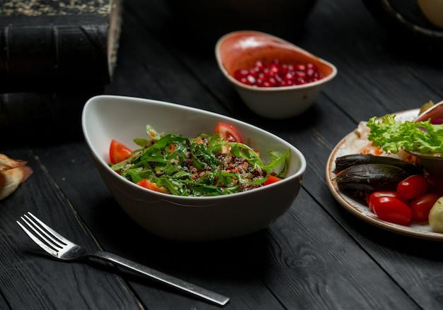 Салат из сезонных трав со смешанными овощами