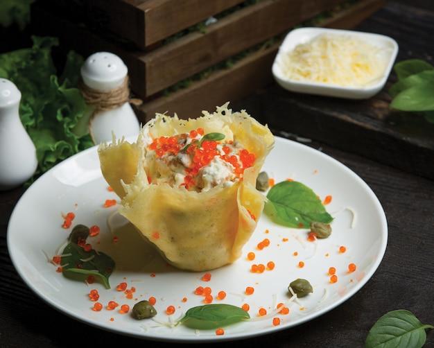 野菜のサワークリームサラダを詰めたタルタレット