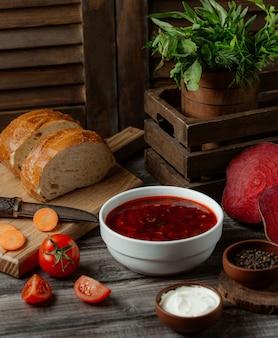 白いボウルにロシアのスープボルシチ