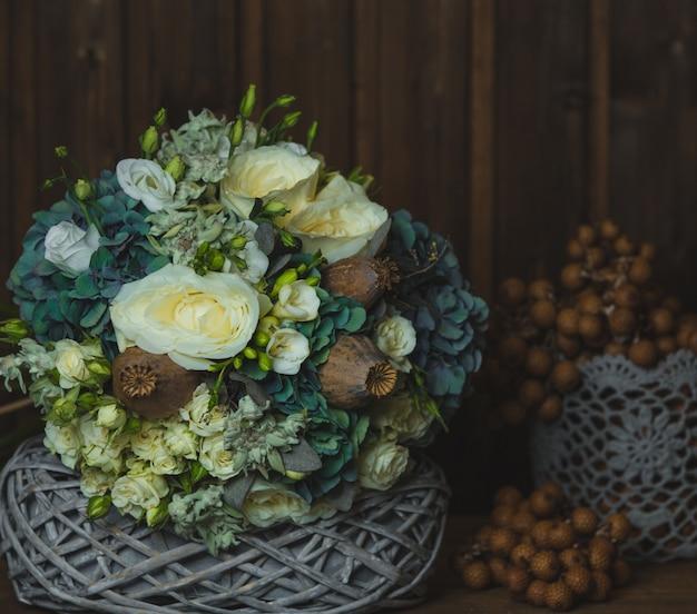 素朴なスタイルの花の花束とかごの中の花