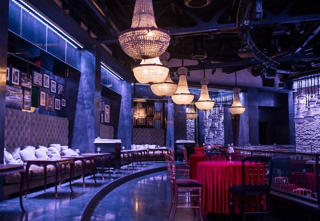 Роскошный ресторан, интерьер гриль-бара с люстрами и мебелью