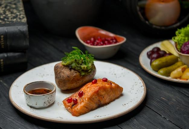 Обжаренное филе лосося и картофельное пюре.