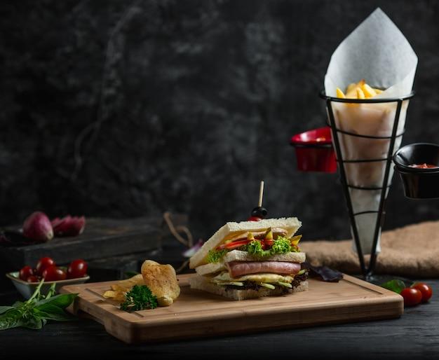 フルハムと野菜のトーストサンドイッチ。