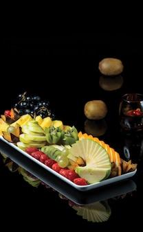 夏のトロピカルフルーツを混ぜたフルーツの盛り合わせ。