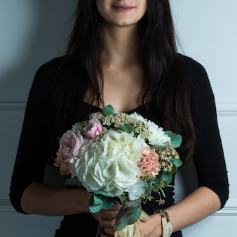 白い花束を保持している女性
