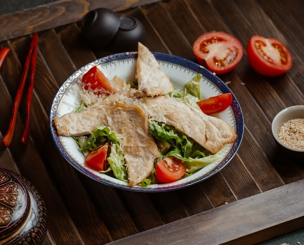 魚の切り身と野菜のサラダ。