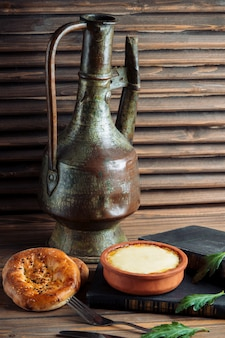 ヨーグルトの鍋で伝統的なタンディルパン。