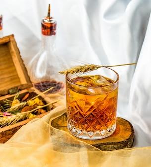 グラスにファインブレンドされたスコットランドのウイスキー。