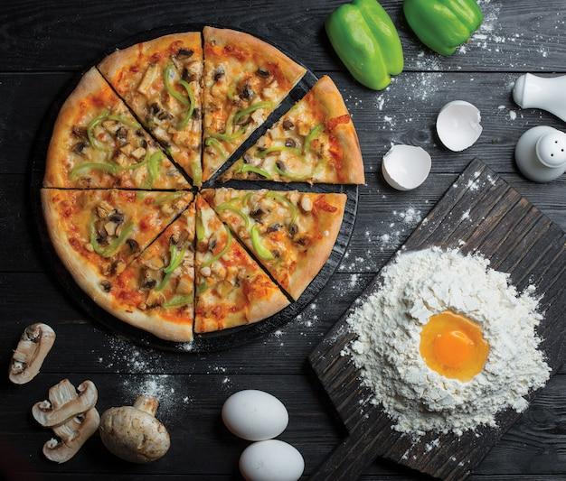 スライスしたピザ全体と、小麦粉と卵でピザ生地を作る