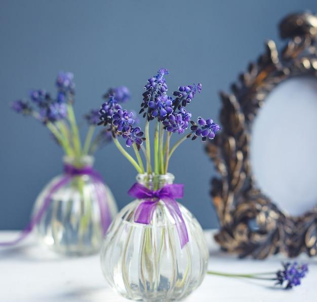 小さなかわいいフラスコの花瓶の中のラベンダーの枝