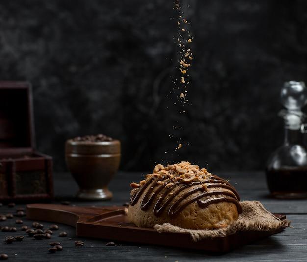 チョコレートシロップと皮をむいたオレンジの甘いパン