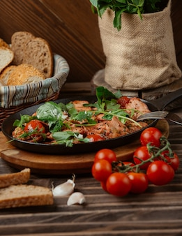 黒い鍋で肉と野菜のシチュー