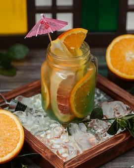 ガラスの瓶にオレンジとグレープフルーツジュースを混ぜたカクテル。