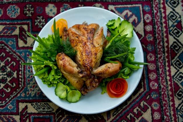 鶏肉のグリル、カーペットの上にサラダ