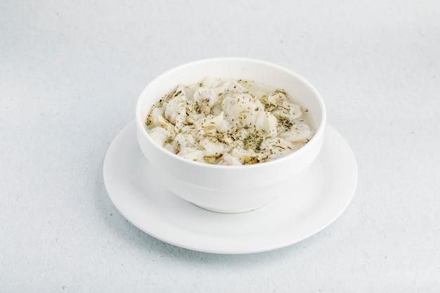 白いボウルの中のスパイスとキノコのクリーミーなスープ。