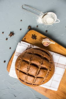 スパイスとテーブルの上のタオルの上のライ麦パン