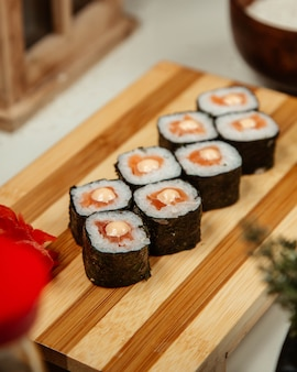 木の板に寿司海苔の生クリームチーズ。