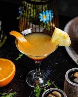 パイナップルとオレンジジュースのカクテル。