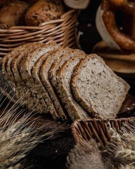 テーブルの上に薄くスライスした健康的な小麦パン。