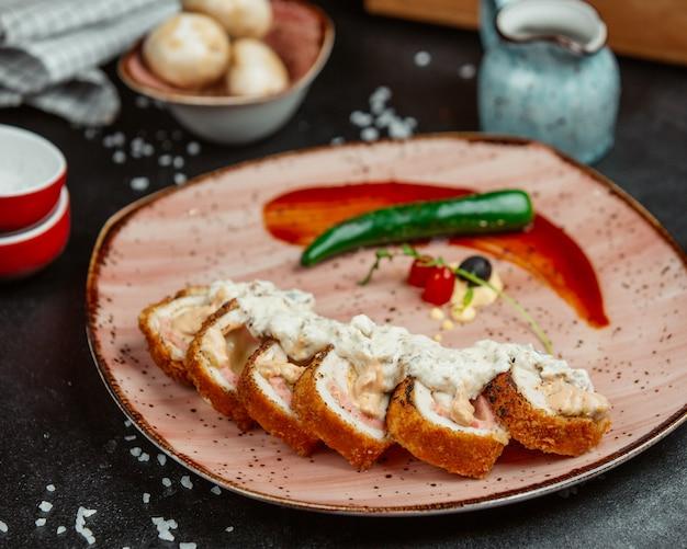 サクサクの鶏フィレ肉のトマトソースと青唐辛子添え。