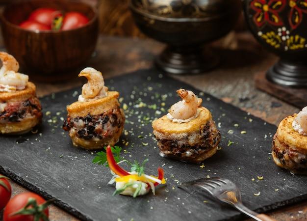 Крекерные канапе с начинкой и сливочным соусом.
