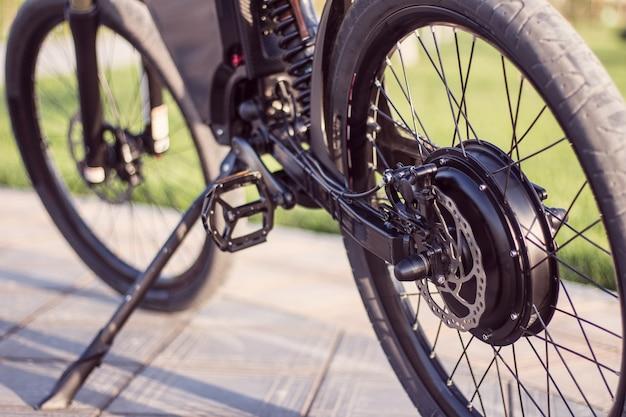 Электродвигатель велосипеда крупным планом с педалью и задним амортизатором